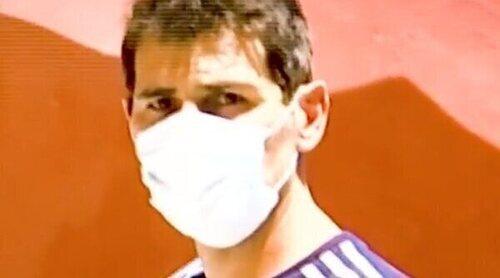 El equipo de 'Socialité' vive un tenso momento con Iker Casillas en su pueblo: 'Déjame tranquilo'