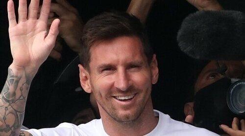 Leo Messi, recibido con los brazos abiertos junto a su familia en su llegada a París