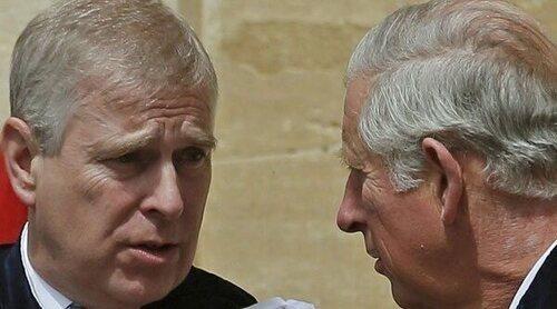 Del viaje del Príncipe Carlos a Balmoral para reunirse con la Reina a las pérdidas que tiene que asumir el Príncipe Andrés