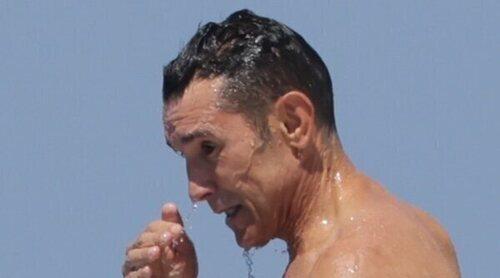 Jesús Vázquez luce cuerpazo en Ibiza en alta mar junto a su marido y demás amigos