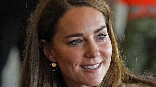 El regreso de Kate Middleton tras las vacaciones y su boda familiar: sonrisas y encuentro militar