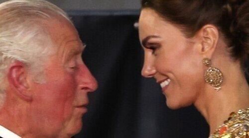 El cariño y complicidad del Príncipe Carlos y Kate Middleton en el estreno de 'Sin tiempo para morir'