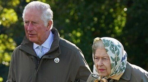 La Reina Isabel y el Príncipe Carlos, naturales y cercanos plantando un árbol en Balmoral