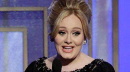Adele luce un colgante en el que se puede leer Angelo, revelando así el nombre de su hijo