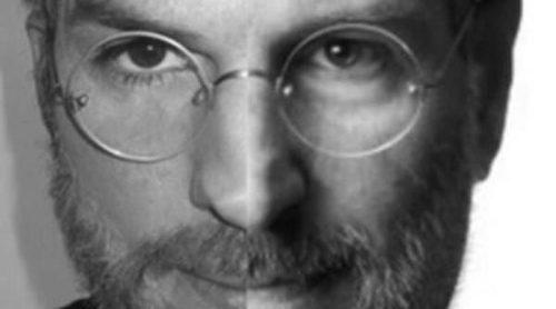 Ashton Kutcher muestra su parecido con Steve Jobs en dos imágenes comparativas