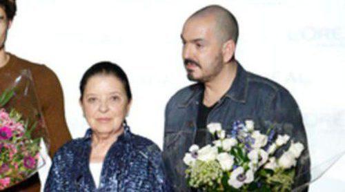Laura Sánchez entrega a Duyos el premio a la Mejor Colección de Madrid Fashion Week otoño/invierno 2013/2014