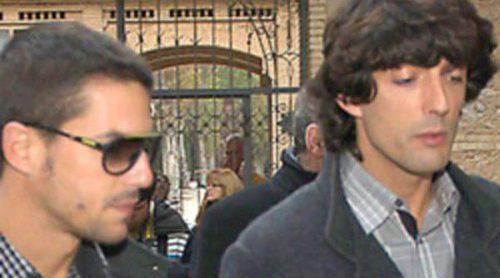 Álvaro de Luna y Alejo Sauras arropan a Reyes Monforte y Alejandro Asunción en el funeral de Pepe Sancho