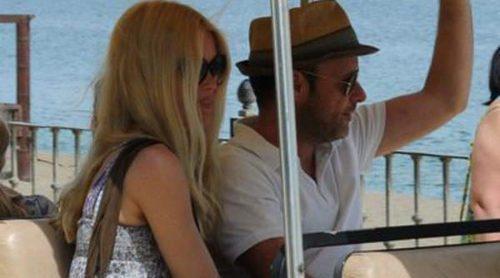 Claudia Schiffer y su familia pasean por Marbella en un carrito de golf