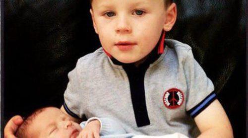 Wayne Rooney publica una foto de su hijo Kai abrazando a su hermano recién nacido Klay