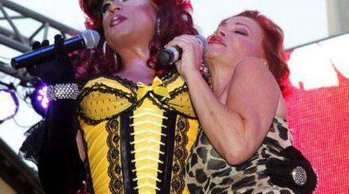 Paloma San Basilio y Chenoa conquistan la plaza de Chueca en el pregón del Orgullo Gay 2013 de Madrid