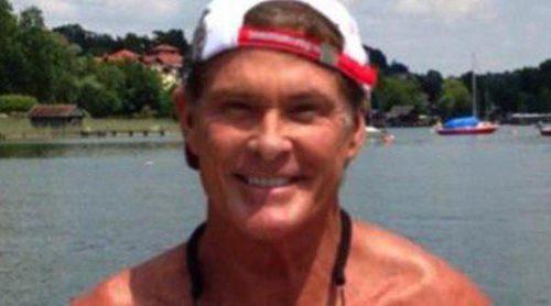 David Hasselhoff retoma su papel de vigilante de playa posando con un bañador rojo y un salvavidas