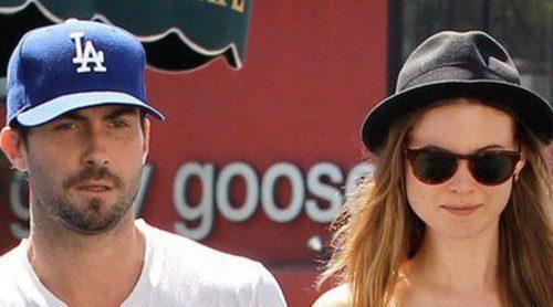 Adam Levine se compromete con Behati Prinsloo tras un año de noviazgo