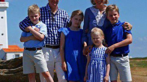 Felipe y Matilde de Bélgica posan con sus hijos en su primeras vacaciones como Reyes