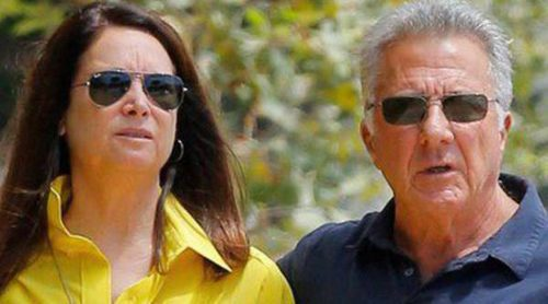 Dustin Hoffman reaparece dando un paseo con su mujer Lisa Gottsegen tras ser operado de cáncer