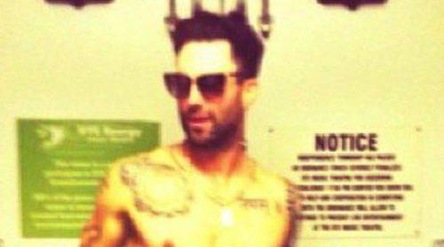 Behati Prinsloo publica una sexy y divertida imagen de Adam Levine en calzoncillos