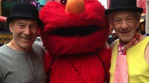 Ian McKellen y Patrick Stewart causan sensación haciéndose una fotografía con Elmo en Nueva York