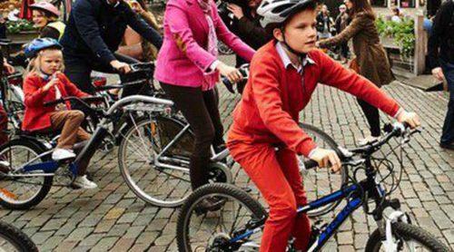 Los Reyes Felipe y Matilde de Bélgica celebran el Día de la Bicicleta con sus hijos en Bruselas