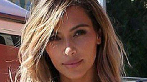 Kim Kardashian luce pelo rubio y figura en una comida con Kourtney Kardashian y Scott Disick