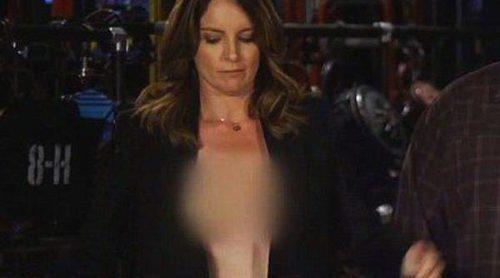 Tina Fey se ríe de su descuido en los Emmy 2013 quedándose en topless en un spot de 'Saturday Night Live'