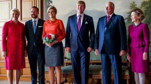 Los Reyes Guillermo Alejandro y Máxima de Holanda se reúnen con la Familia Real de Noruega en Oslo