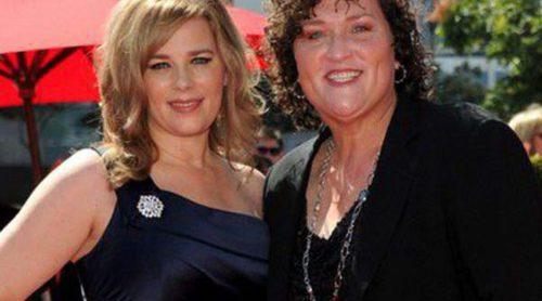 La actriz de 'Glee' Dot-Marie Jones anuncia su boda con su novia Bridgett Casteen
