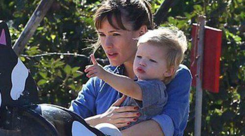 Jennifer Garner y January Jones eligen con sus hijos la mejor calabaza de Halloween