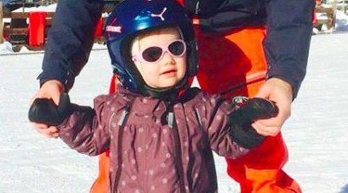 La Princesa Estela aprende esquiar con sus padres Daniel y Victoria de Suecia