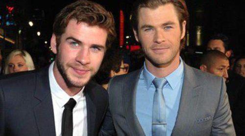 Liam Hemsworth arropa a su hermano Chris Hemsworth en el estreno de 'Thor: El mundo oscuro' en Los Ángeles