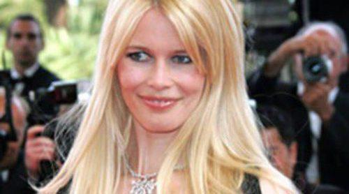 Claudia Schiffer posa muy sensual al más puro estilo Brigitte Bardot