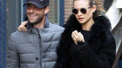 Adam Levine pasea con su prometida, Behati Prinsloo, por las calles de Nueva York