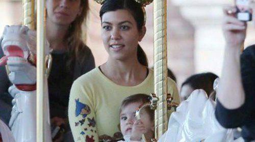 Kourtney Kardashian se divierte en Disneyland con sus hijos Mason y Penélope