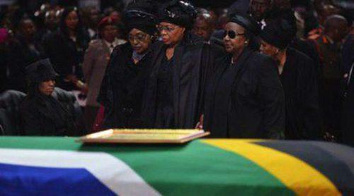 Oprah Winfrey, Charlene de Mónaco e Idris Elba asisten al entierro de Nelson Mandela en Qunu, su aldea natal