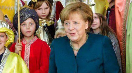 Angela Merkel reaparece con muletas y rodeada de niños tras su accidente de esquí
