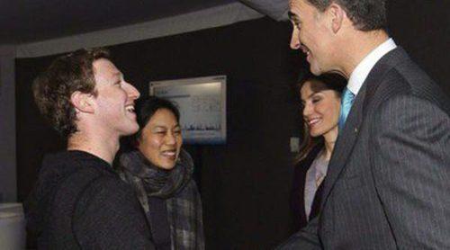 Los Príncipes Felipe y Letizia saludan a Mark Zuckerberg en el Mobile World Congress 2014 de Barcelona