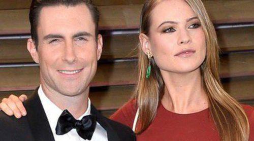 Adam Levine y Behati Prinsloo pasean su amor por la fiesta Vanity Fair tras los Oscar 2014
