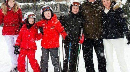 Los Reyes Felipe y Matilde de Bélgica disfrutan del esquí con sus cuatro hijos en Suiza