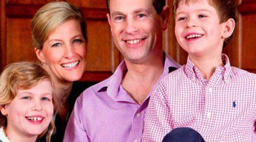 El Príncipe Eduardo celebra su 50 cumpleaños posando con su mujer Sophie y sus hijos Louise y James
