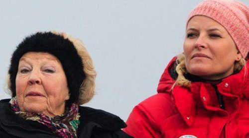 La Familia Real Noruega contempla el salto de esquí de Holmenkollen acompañado por Beatriz de Holanda
