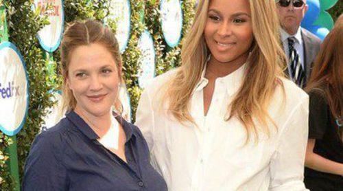 Drew Barrymore y Ciara compiten por ver quién está más embarazada en un evento benéfico