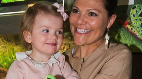 Victoria de Suecia lleva a la Princesa Estela a una exposición de anfibios en el acuario de Estocolmo