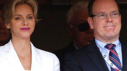 Los Príncipes Alberto y Charlene de Mónaco entregan a Stanislas Wawrinka el trofeo del torneo de Montecarlo 2014