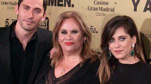 Hiba Abouk, Inma Cuesta y el reparto de 'Aída' apoyan a Paco y María León en el estreno de 'Carmina y Amén'