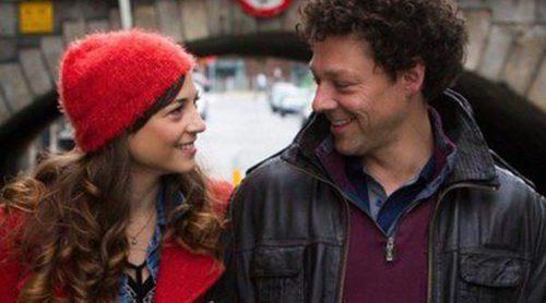 Richard Coyle busca conquistar a Leonor Watling en este clip en primicia de 'Amor en su punto'
