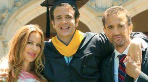 Alessandro Lequio y Ana Obregón, muy emocionados en la graduación de su hijo Álex
