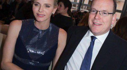 Los Príncipes Alberto y Charlene de Mónaco 'presiden' el desfile de la colección crucero de Louis Vuitton