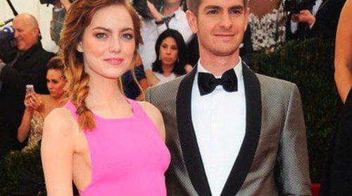 Andrew Garfield y Emma Stone dan un romántico paseo acompañados de una amiga