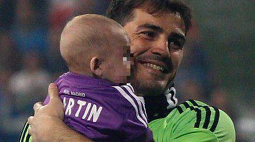 Martín Casillas y Sergio Ramos celebran en el Bernabéu con sus padres la décima Champions del Real Madrid