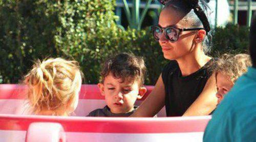 Nicole Richie disfruta de sus vacaciones junto a sus hijos Sparrow y Harlow Madden en Disneyland