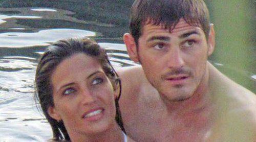 Iker Casillas y Sara Carbonero regalan a Raquel Perera y su hija Alma unas camisetas personalizadas