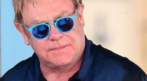 Elton John disfruta de sus vacaciones con su marido David Furnish y sus hijos en Saint-Tropez